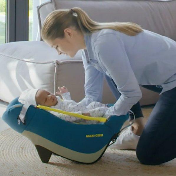 noworodek w foteliku maxi-cosi